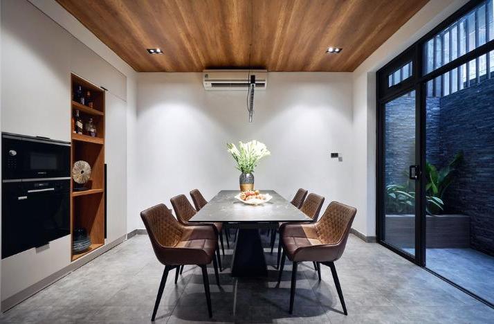Владельцы не пожалели денег, чтобы превратить ветхий дом в современное жилище для 3-х поколений одной семьи: ремонт 5 этажей обошелся в 200 000 $