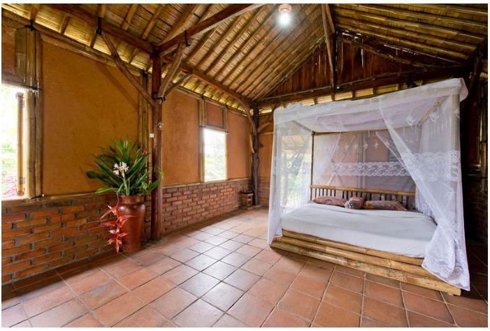 Вьетнамец построил себе дом на природе почти полностью из бамбука. Железобетонное только основание - для уверенности в надежности здания