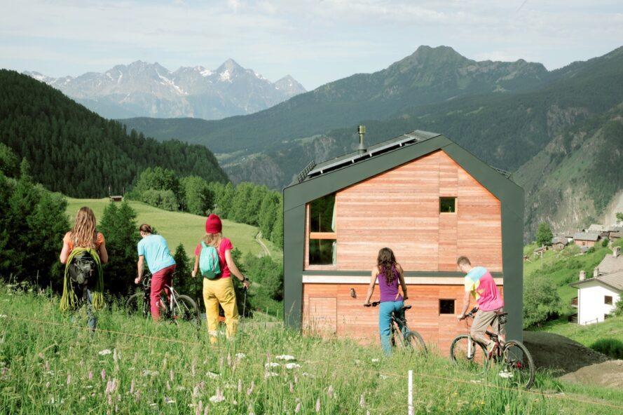 Дизайнеры построили небольшой дом с видом на Альпы из перерабатываемых материалов. Жилище стало местной достопримечательностью для приезжих туристов