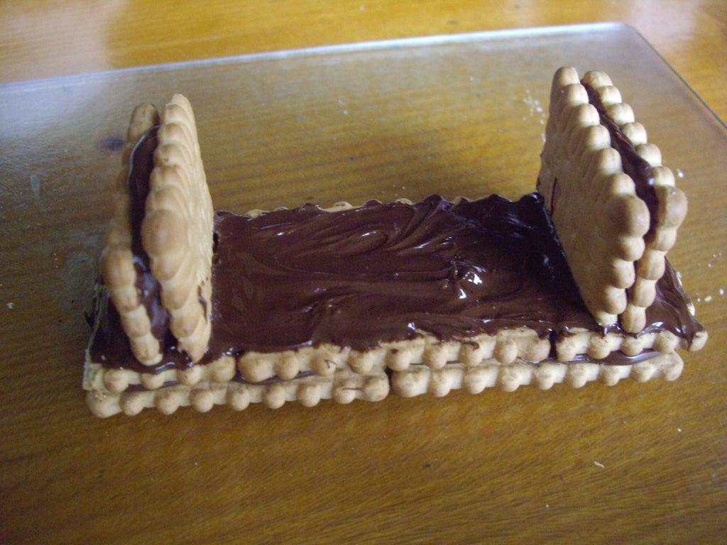 Дети любят необычные десерты: готовим улыбающееся сердечко из бисквита, мороженого, шоколада и печенья