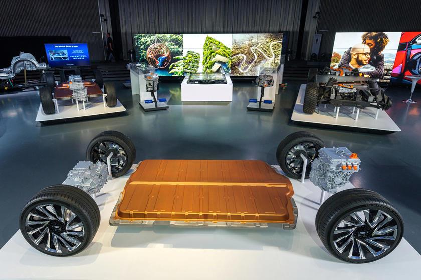 Chevrolet совершает рывок: компания представила тизер нового электрического кроссовера Bolt EUV