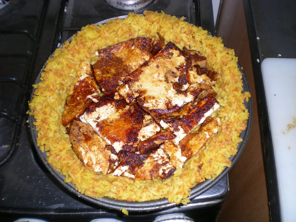 Рис вместо теста, тофу, много овощей и твердый сыр: идеальный рецепт сытного пирога