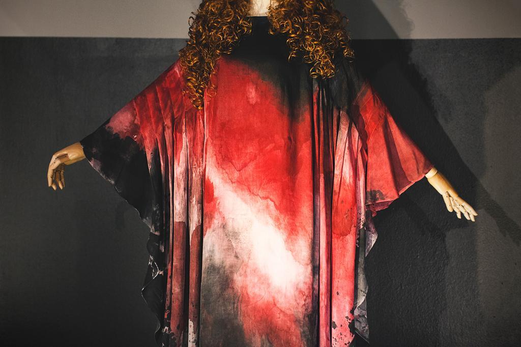 Как выглядел легендарный красный балахон, который для Аллы Пугачевой придумал и сшил Вячеслав Зайцев: он был первым в ее жизни (фото)