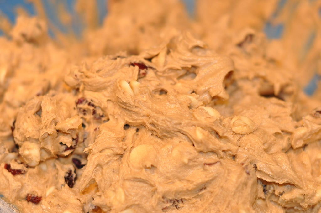Красивая и очень вкусная сладость с белым шоколадом и клюквой: готовим пирог со сливочным кремом