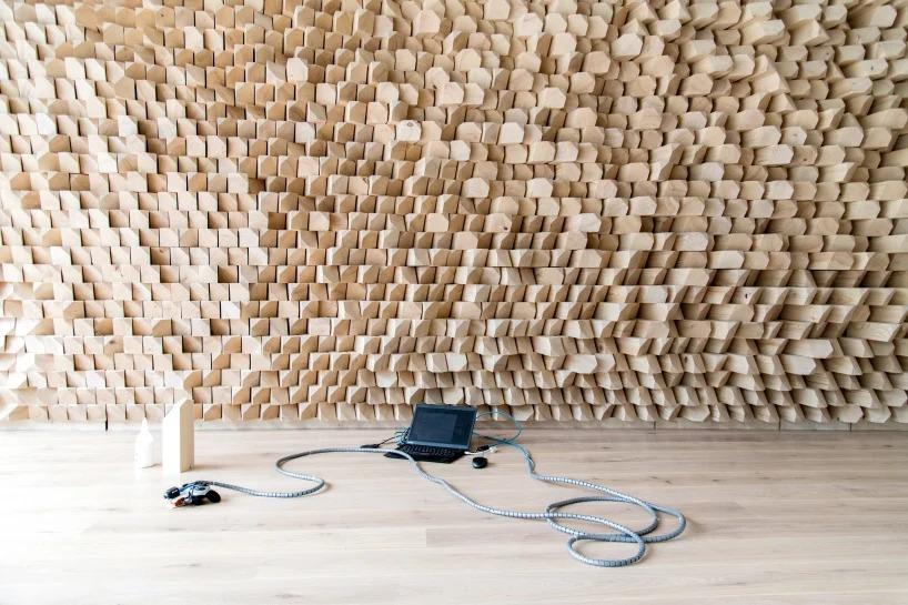 Дизайнеры создали 3 деревянные стены в одном из кафе Швейцарии. 8500 идентичных блоков установлены так, чтобы улучшить акустические качества заведения