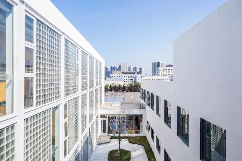 Из трех пустующих промышленных зданий в Китае сделали красочный жилой комплекс для молодежи. Всего в общежитии 102 квартиры