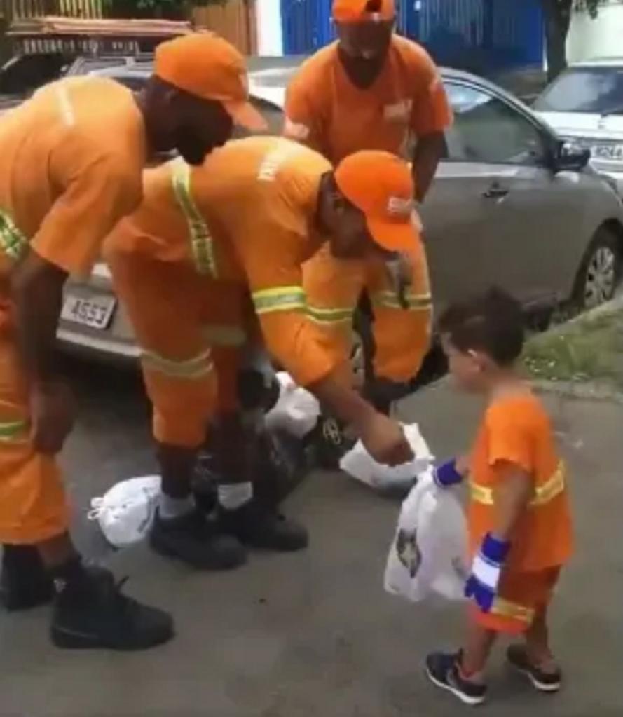 Мальчик с нетерпением ждал мусорщиков и даже надел униформу, чтобы помочь в их нелегкой работе