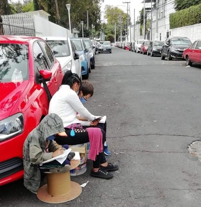 Мама берет своих детей с собой на работу, а в перерывах помогает им учиться дистанционно прямо на улице