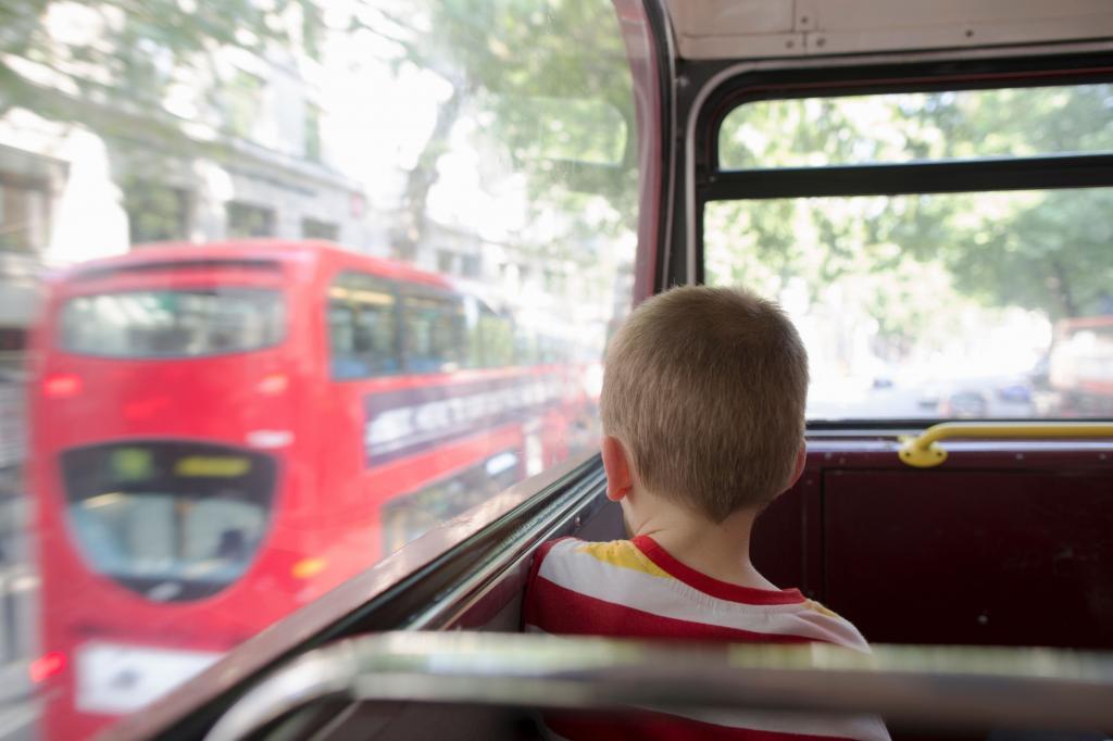 Десятилетний мальчик пытался отыскать деньги, чтобы оплатить проезд: как назло их не оказалось