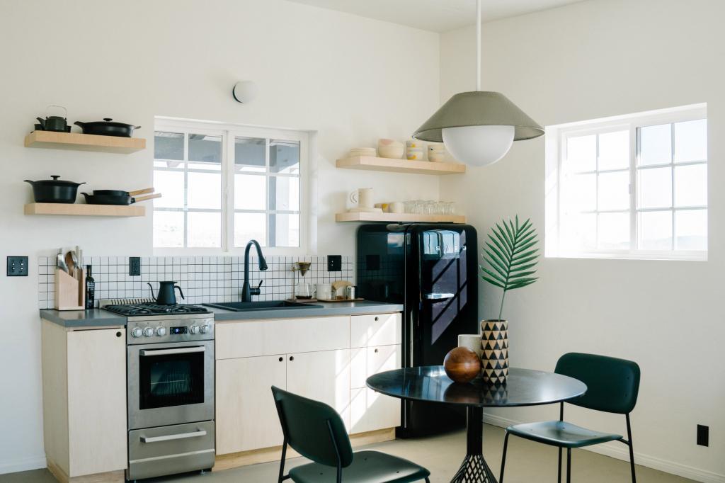 Белая штукатурка и минимум деталей: на контрасте с пейзажем калифорнийской пустыни дом смотрится идеально