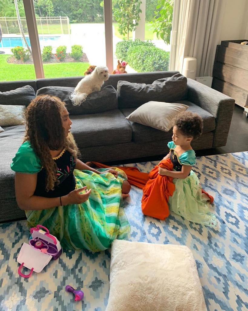 Чемпионка на корте, а в жизни – нежная мама: подборка фото, на которых Серена Уильямс и ее дочь Олимпия позируют в одинаковых нарядах