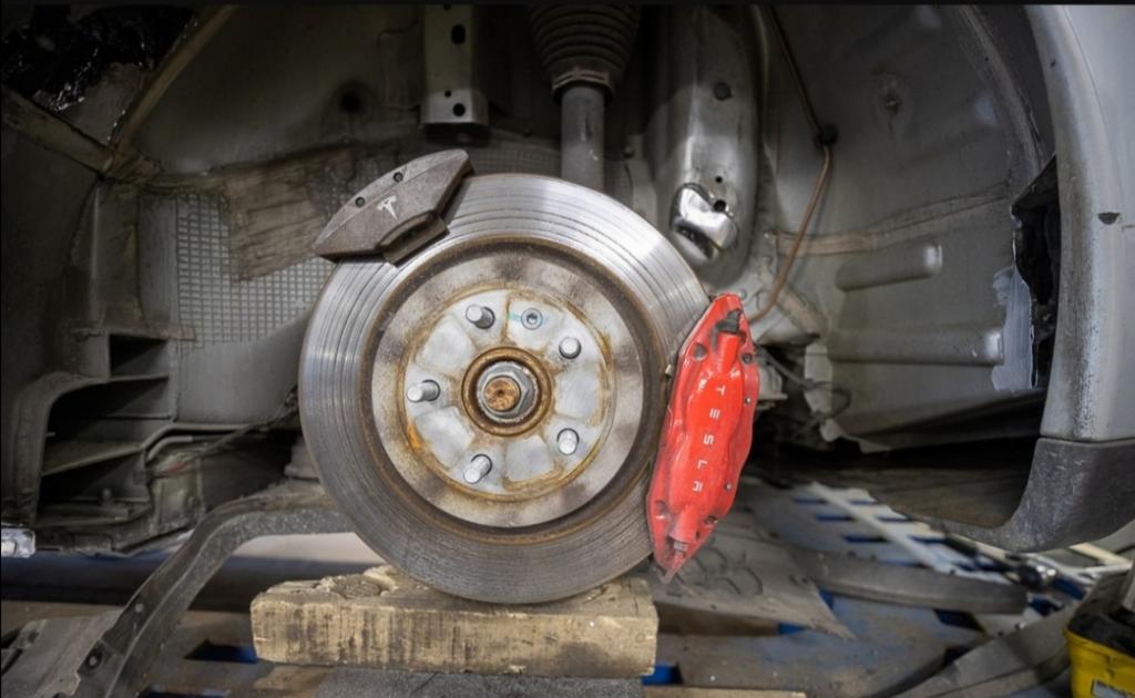 """В руки минских механиков попала битая Tesla: новый рычаг, замена двери, покраска и другие работы превратили авто в """"конфетку"""""""