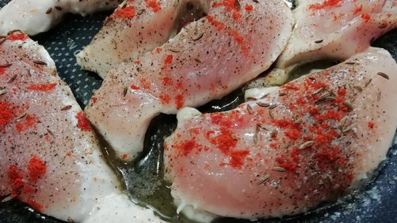 Сливочное масло, куркума, два вида перца. Мой самый лучший рецепт куриной грудки на гриле