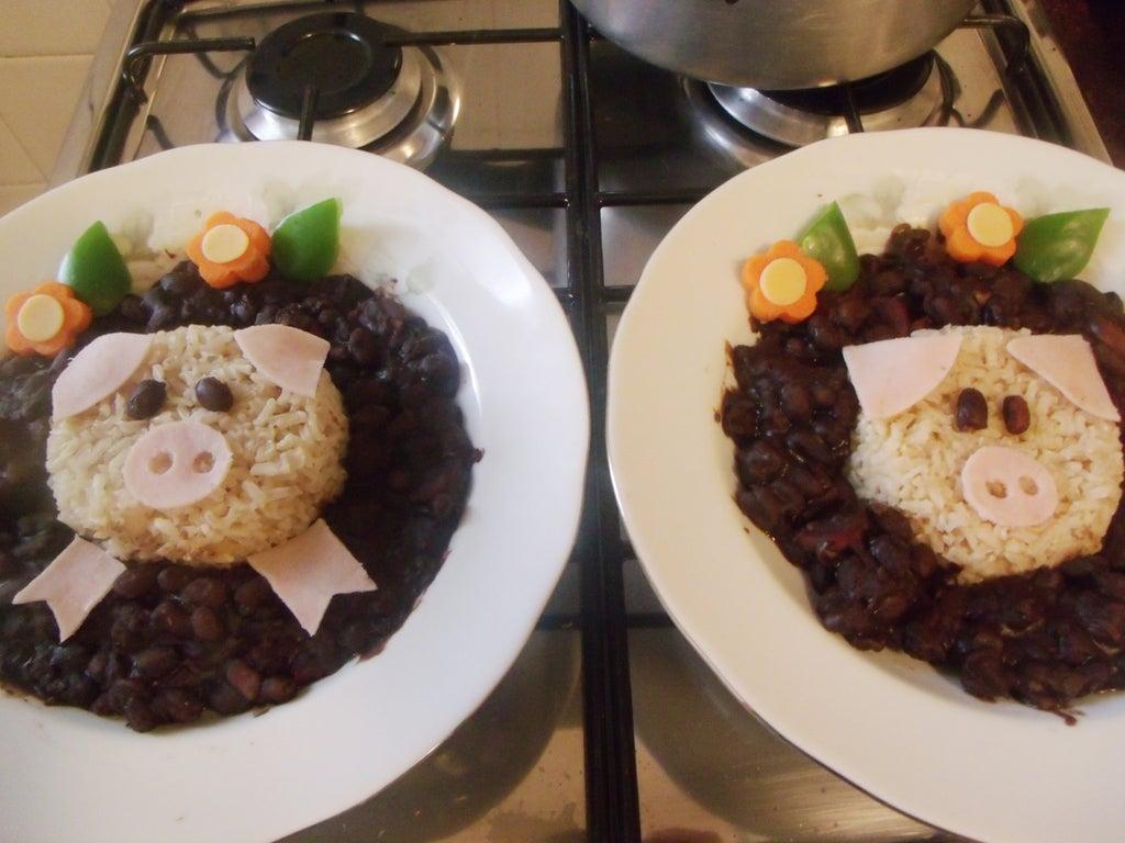 Ребенок отказывался есть рис и фасоль, пока я не придумала один хитрый способ: из еды создаю забавную композицию с поросенком. Сын сразу тянется к тарелке