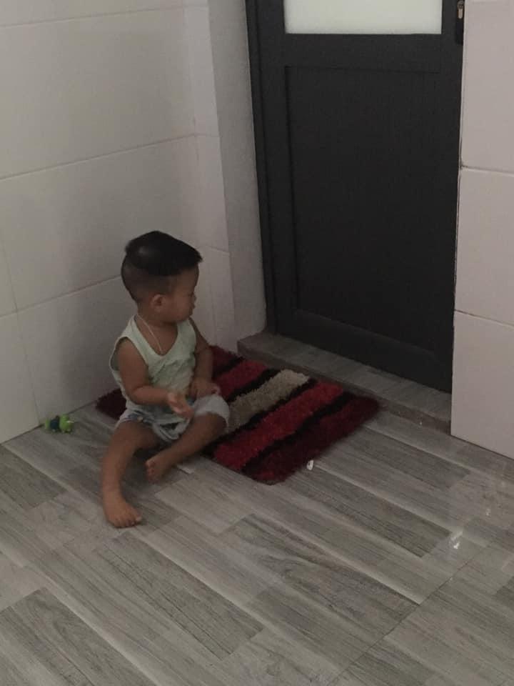 """""""Папа, ну ты скоро?"""" Фотографии 3-летнего малыша, терпеливо ждущего папу под дверью ванной (многим родителям знакомо)"""