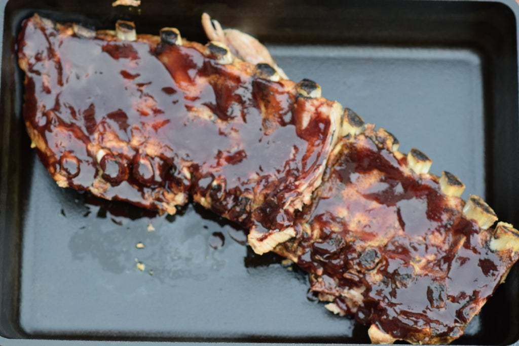 Барбекю вышло на славу: приготовили много ребрышек с ежевичным соусом (рецепт)
