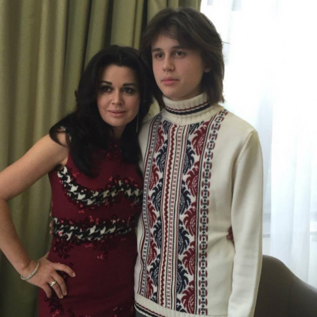 Как выглядит сын Анастасии Заворотнюк: Майкл показал редкие фото, на которых он настоящий красавец и очень похож на звездную маму