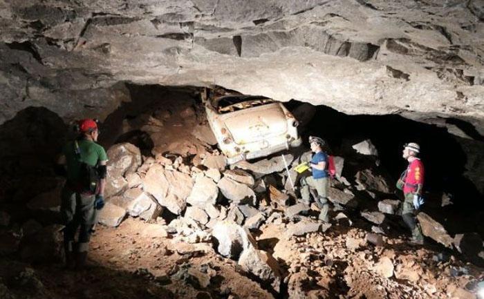 Как он туда попал? Группа спелеологов обнаружила в пещере раритетный кабриолет Ford 1954 года