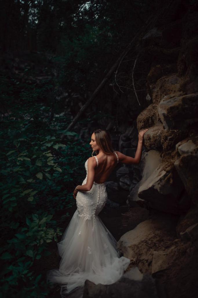 Молодожены устроили невероятную фотосессию, достойную внимания: в качестве локации выбрали лес с водопадом