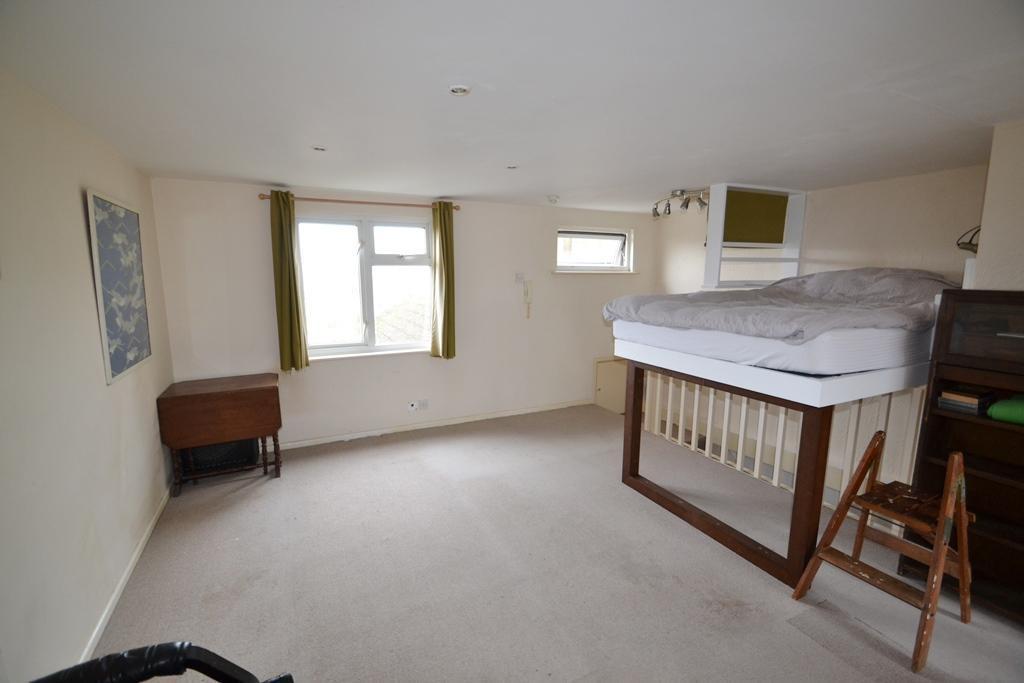 """Почему кровать над лестницей? Людей смутила """"спальня"""" в доме, который продается"""