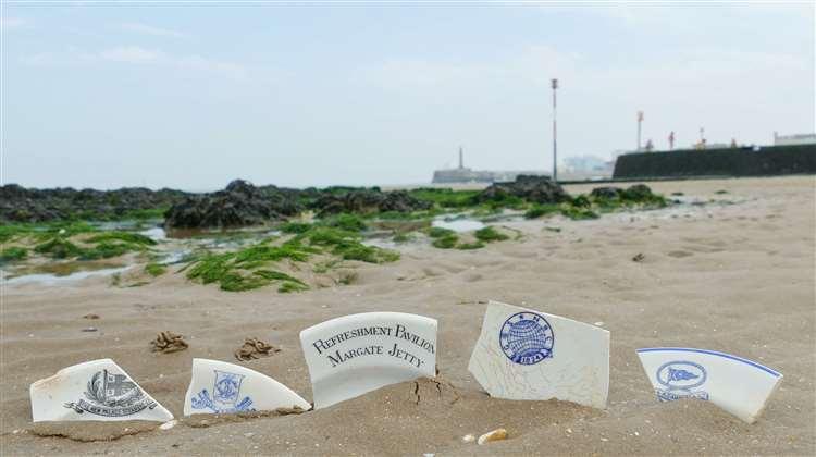 «Никогда не знаешь, что попадется на пляже!»: 1000-летние тапочки, 100 тонн строительного леса и другие невероятные «дары моря». А доски люди растащили за 4 дня