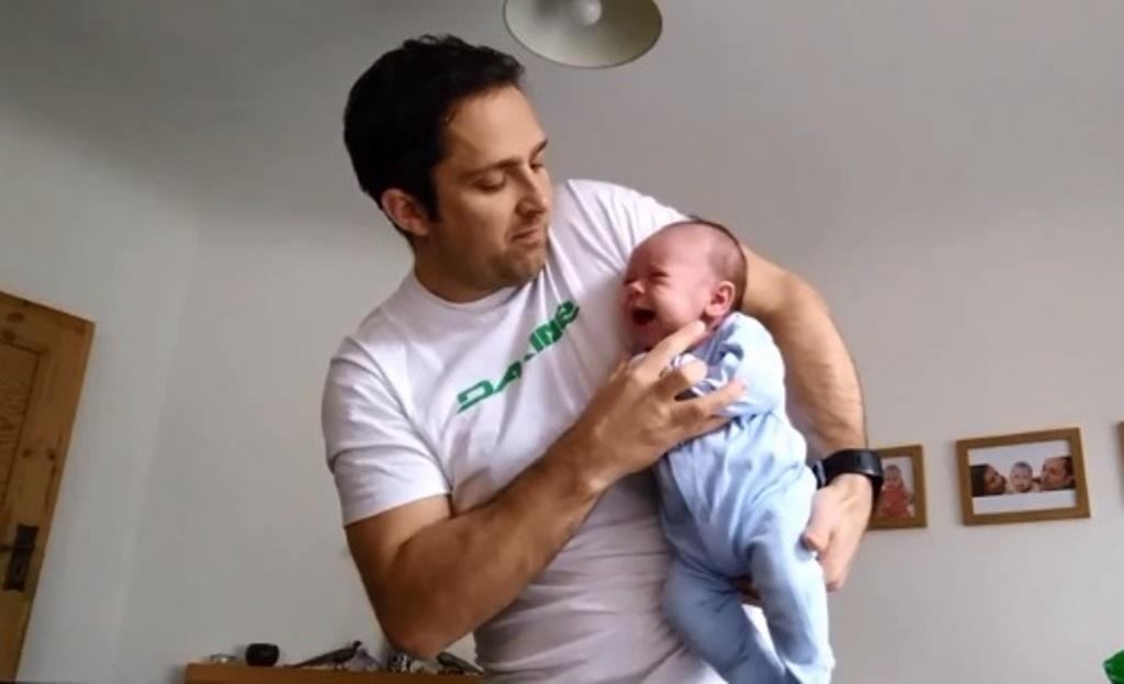 Мужчина показал, как успокоить плачущего младенца за 5 секунд: простой лайфхак молодого отца
