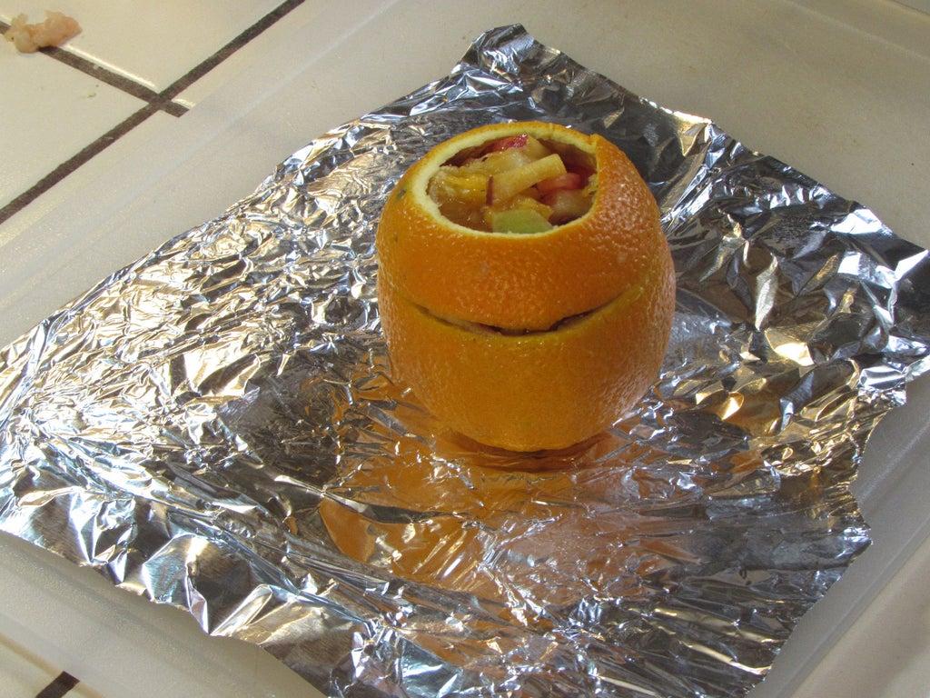 Фруктовый салатик подаю в необычной посуде: достаю из апельсина мякоть и заполняю ее фруктами