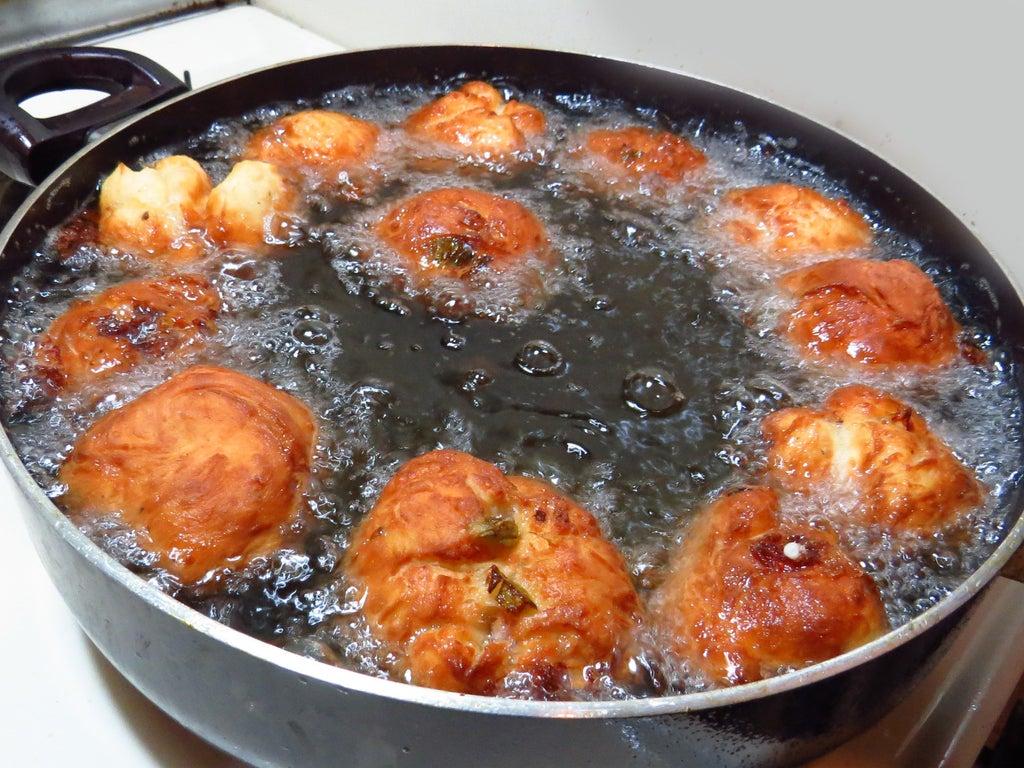 Сытные шарики с начинкой из сыра, грибов, мяса и овощей: закуска получается нежной и невероятно вкусной