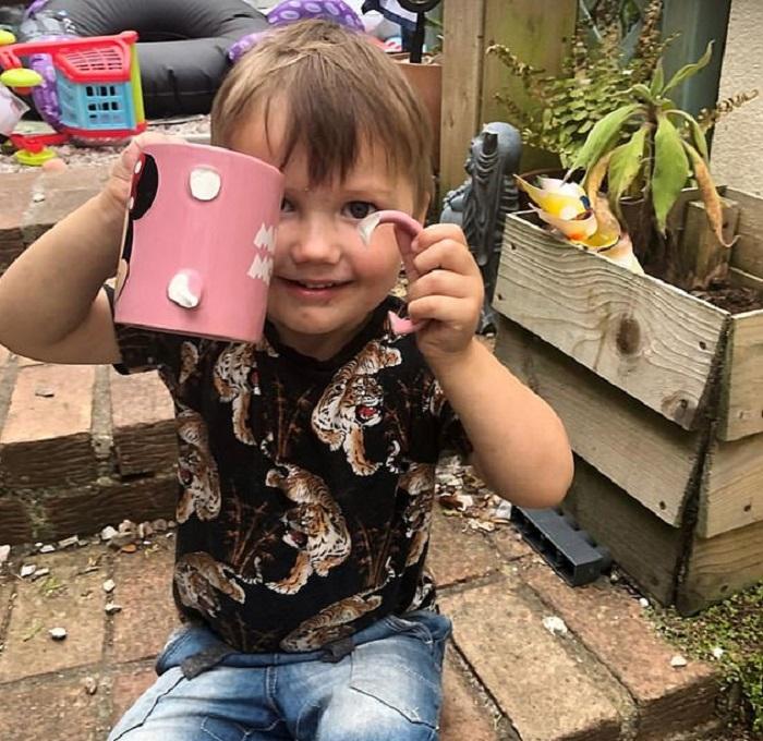 """Мама """"самого непослушного малыша Великобритании"""" привыкла жить в хаосе и иногда фотографирует беспорядки, которые устраивает ее сын"""