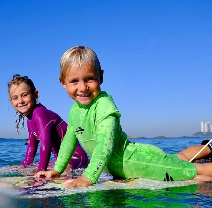 Родители не ожидали, что их двухлетний сын сам встанет на доску для серфинга и покорит волну. Сегодня мальчику 4 года, и его считают талантливым серфером