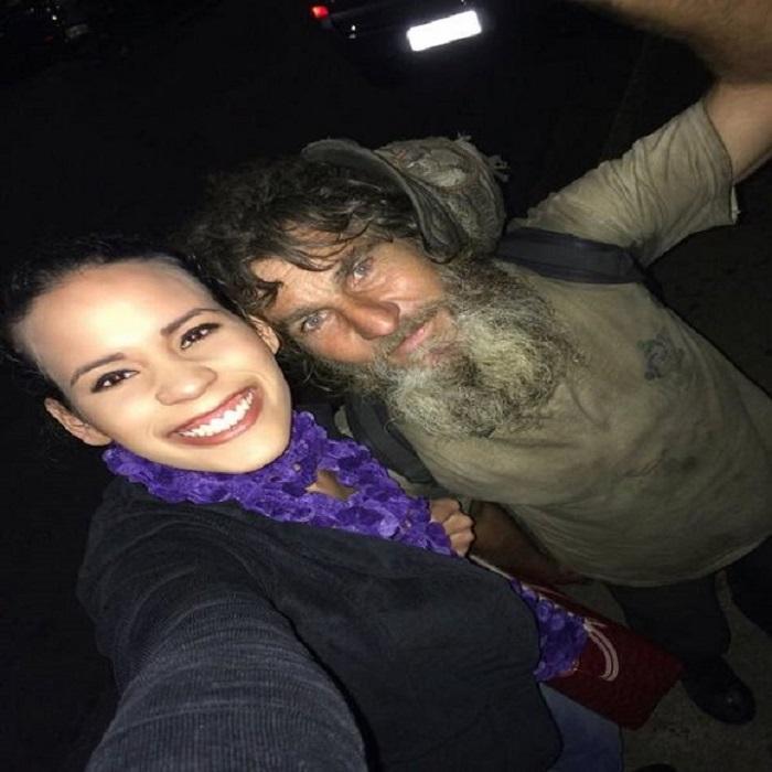 Бездомный попросил у девушки милостыню: она не дала, но осталась ему благодарна