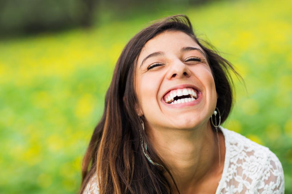 От потливости до растрепанных волос: 7 странных женских особенностей, которые мужчины находят очень привлекательными