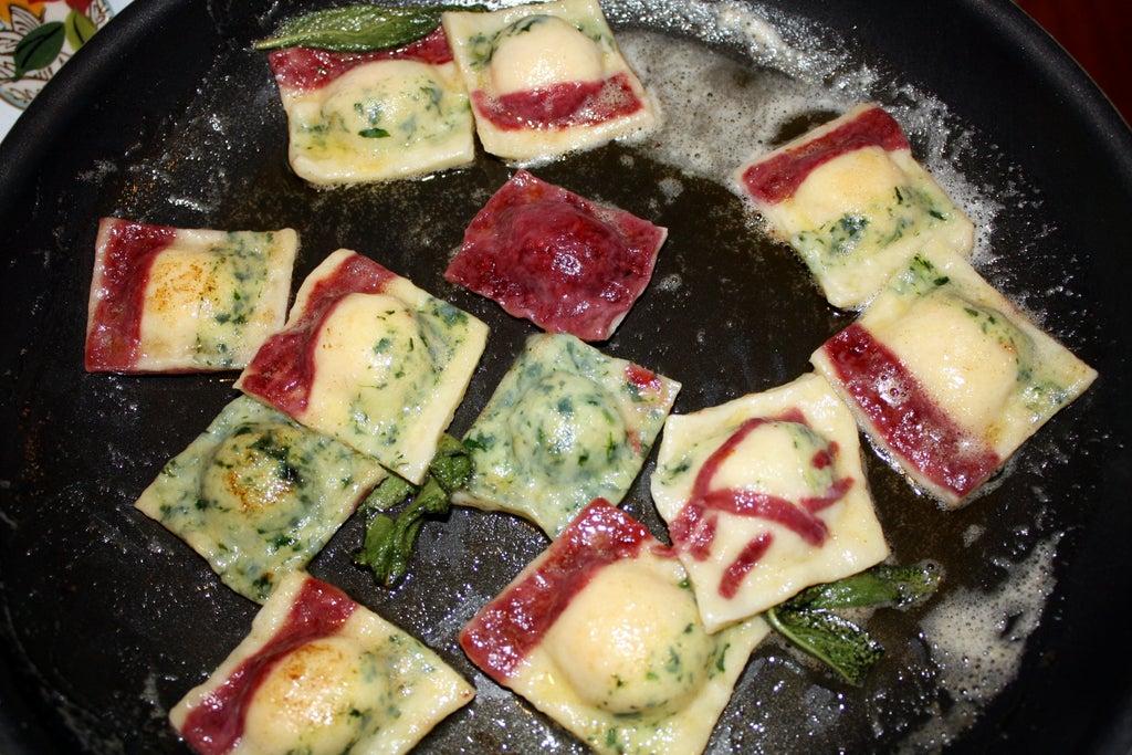 Равиоли невероятной красоты: трехцветное тесто и ароматная начинка из нута, чеснока и карамелизированного лука
