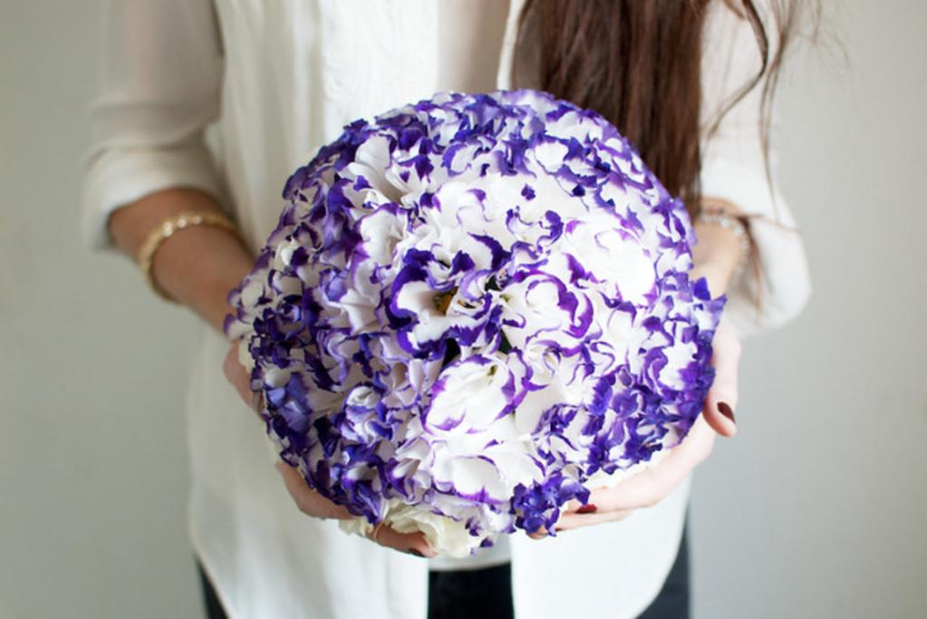 Из живых цветов можно сделать очень красивый подвесной декоративный шар. У меня на такой уходит 15 минут, а использовать можно для любого праздника