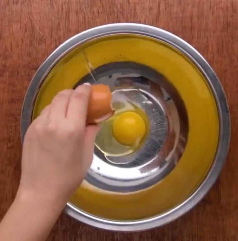 Нечаянно разбила все яйца в лотке, пока донесла их домой: перелить их в бутылку оказалось лучшим решением