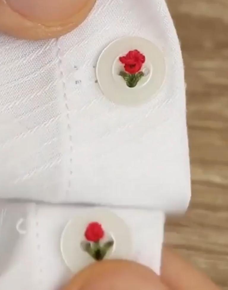 """Попросила в мастерской зашить мне пуговицы на рубашке: когда забирала, не узнала свою вещь – она была усеяна """"розочками"""""""