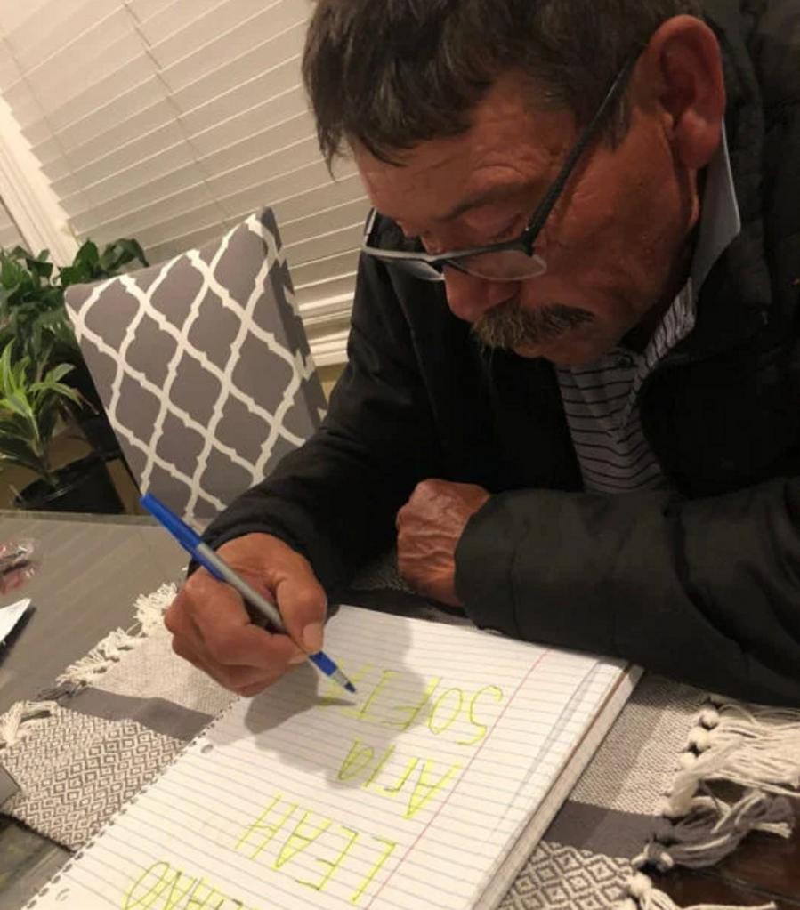 Мужчина исполнил мечту, научившись писать. Первыми его словами были имена внуков