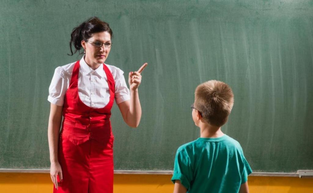 Ученик 5-го класса плохо вел себя на уроках, и учительница, исчерпав все методы воспитания, пригласила в класс отца ребенка