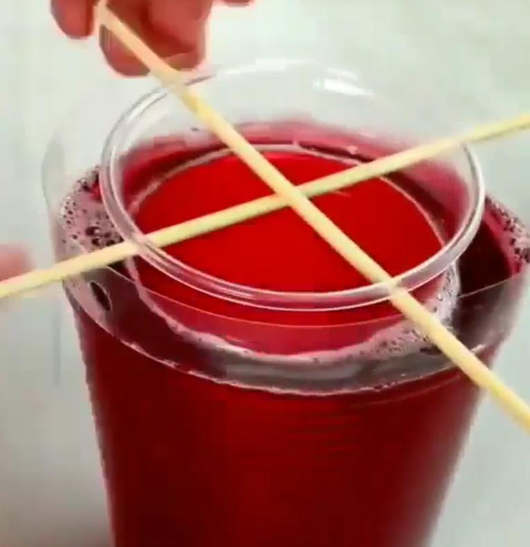 Я та еще выдумщица: на вечеринке заменила обычные стаканы на съедобные. Коктейли в них в разы вкуснее!
