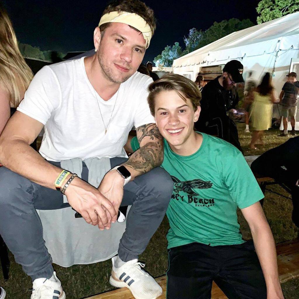 Сын Риз Уизерспун поделился снимком с профессиональной фотосессии: фанаты актрисы отметили его сходство с экс-супругом Риз, актером Райаном Филлиппом