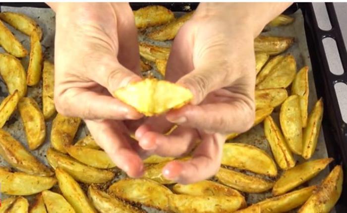 Рецептов запеченной картошки много, но я готовлю только одним способом и всем советую (подсмотрела у кулинара из Бразилии)
