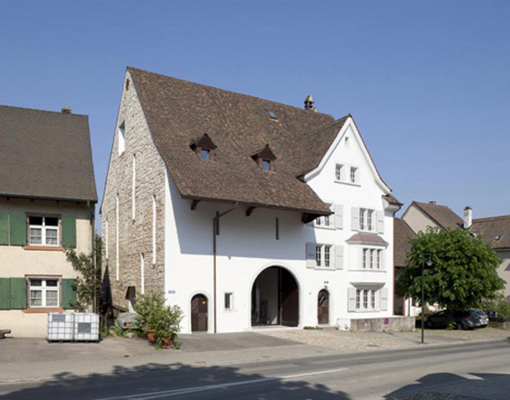 Архитекторы сделали себе офис в здании 18-го века. От истории остался только фасад, внутри современный и модный дизайн