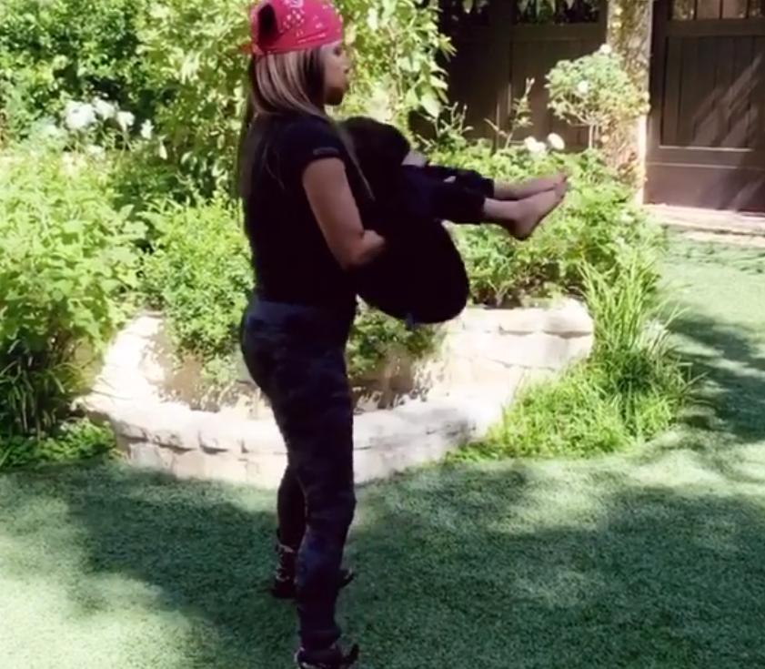 В качестве веса Холли Берри использовала сына: актриса знает, чем занять ребенка во время физических упражнений