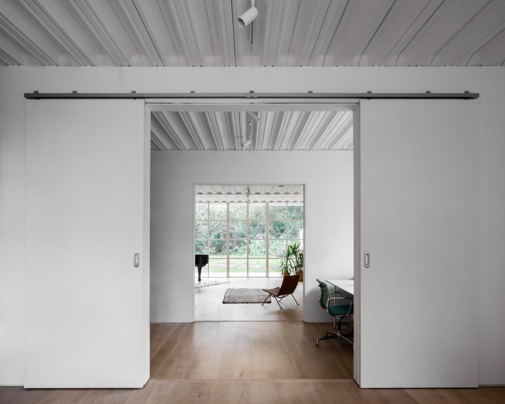 """Владелец попросил построить современный дом, но в стиле пригорода. Дизайнеры справились: чего стоит одна """"кружевная"""" крыша"""
