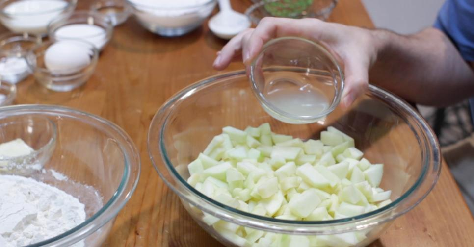 Сочные яблочки нарезаю на кусочки, смешиваю с тестом и опускаю во фритюрницу: получается ароматное лакомство к чаю