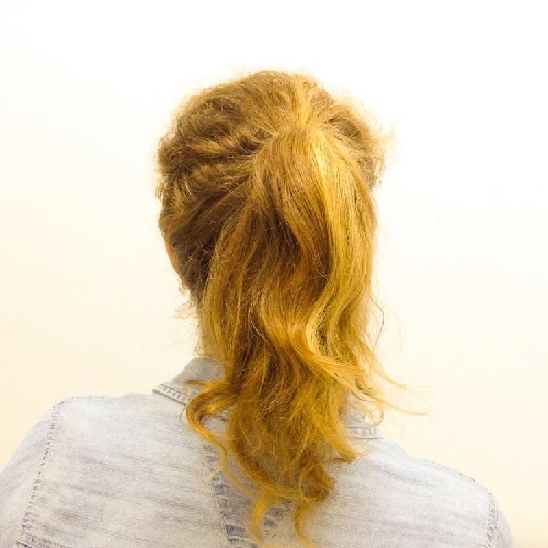 Причудливая прическа для волос средней длины: понадобится носок и красивая заколка