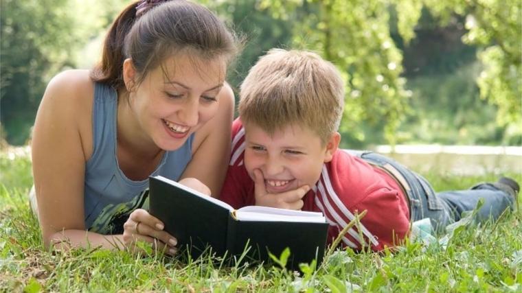 Почитайте вместе и обсудите книгу: как помочь ребенку с изучением школьной литературы и приучить к чтению