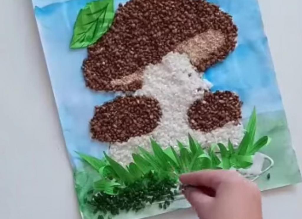 Интересная осенняя поделка для детей: потребуется только гречка, рис и краски