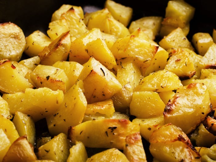 Немного чипсов, чтобы добавить хруста: 15 простых способов улучшить картофельный салат