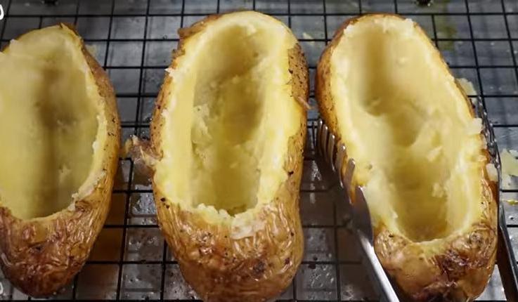 """Называем эту картошку """"2 в 1"""", так как едим ее как основное блюдо и гарнир. Минимум времени, довольна вся семья"""